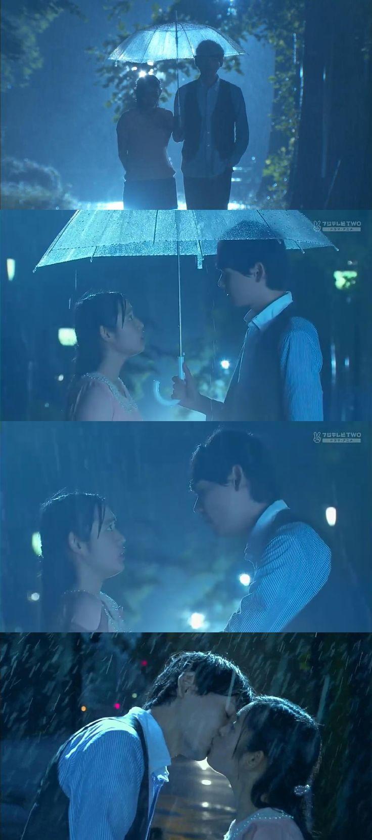 """Naoki: """"Oí que se te propuso. Qué le dijiste?"""". Kotoko: """"No te importa"""". Naoki: """"Cierto"""". Naoki: """"Lo amas?"""". Kotoko: """"Él me ha amado hace 4 años"""". Naoki: """"Amas a alguien sólo porque te dice que te ama?"""". Kotoko: """"Tuve un amor no correspondido por muchos años y estoy cansada de amar a alguien que no me ama"""". Naoki: """"Tú me amas a mí! No puedes a amar a nadie más"""". Kotoko: """"Tienes mucha confianza. Así es, así es! Pero tú no me amas""""- él la besa - Itazura na Kiss Love in Tokyo Ep 16"""