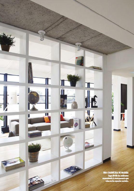 Una cuadrícula de madera logra dividir los ambientes manteniendo la transparencia que reina en los espacios sociales.