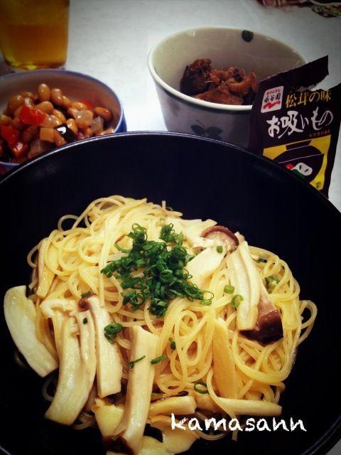 これは松茸です。そう、松茸なんです。と、念じて食べよう( ̄人 ̄) あと、鶏肝の生姜煮と、五目豆(フジッコ) - 73件のもぐもぐ - 永谷園 松茸お吸い物の素で、エリンギパスタ by kamasann