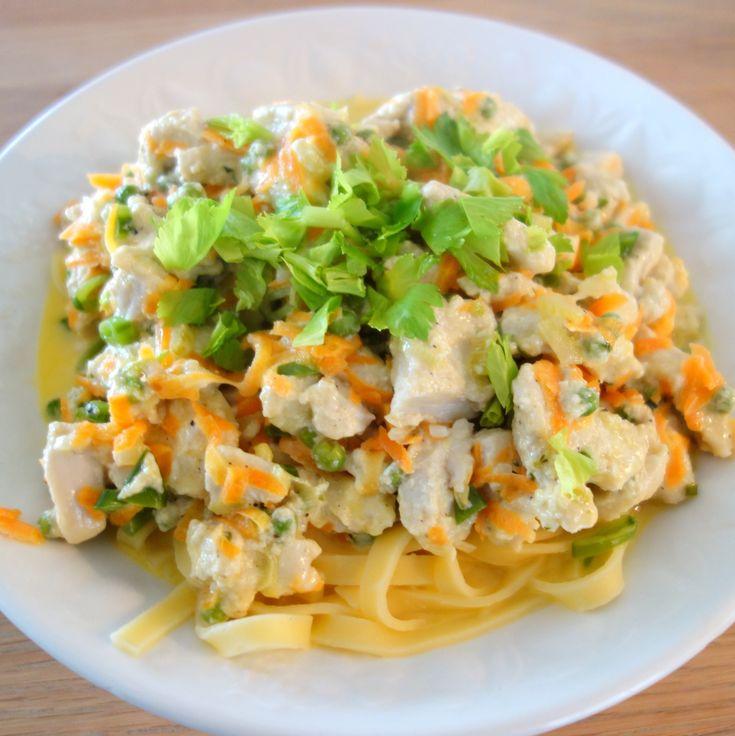 En italiensk inspireret pasta med kylling, flødesauce og gruyere ost, som både er nem og hurtig at lave i en travl hverdag og som smager virkelig godt.