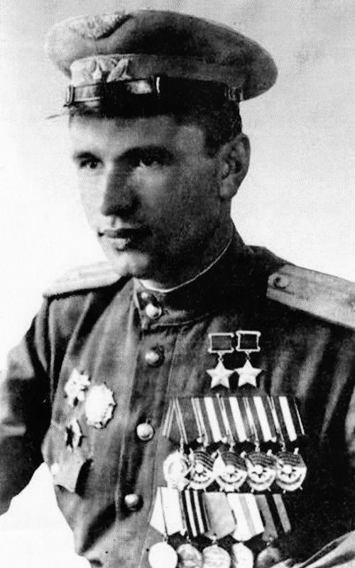 Дважды Герой Советского Союза летчик-истребитель майор Н.М. Скоморохов. Летал на ЛаГГ-3 и Ла-5, Ла-5ФН, Ла-7. За годы войны совершил более 605 боевых вылетов, провел 143 воздушных боя, сбил лично 46 и в группе 8 самолетов противника, еще 3 уничтожил на земле. Входе штурмовок уничтожил 11 автомашин, 13 повозок с боеприпасами, 1 склад с горючим, 9 железнодорожных вагонов. За всю войну Скоморохов ни разу не был ранен, его самолет не горел, не был сбит и за всю войну не получил ни одной…