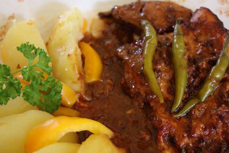 Americké kotlety: Z oleje, kečupu, hořčice, nadrobno nasekaných chilli papriček, utřeného česneku a soli připravíme marinádu. Kotlety nakrájíme na porce, naložíme...