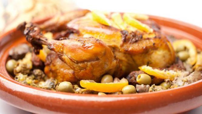Kip en abrikozen in de tajine http://www.volkskrant.nl/koken-en-eten/kip-en-abrikozen-in-de-tajine~a3433548/
