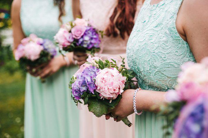 Wie trage ich einen Brautstrauß?