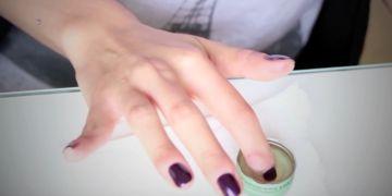 Comment réparer un ongle cassé ? noté 3.14 - 21 votes Se traîner un ongle cassé est une misère. Il suffit pourtant de peu de choses pour le réparer. Un sachet de thé, et le tour est joué! Procurez-vous: Un sachet de thé Une paire de ciseaux De la colle pour faux ongles ou un...