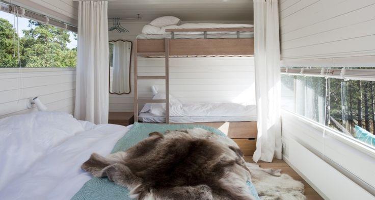 www.sommarnojen.se #sommarnojen #scandinavia #architecture #bedroom #interior #bed #skandinaviskdesign #skandinaviskarkitektur #sommarhus #fritidshus #naturmaterial