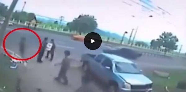 L'anima lascia il corpo dopo l'incidente mortale: la sagoma nera aleggia in un VIDEO. GUARDA - http://www.sostenitori.info/lanima-lascia-corpo-lincidente-mortale-la-sagoma-nera-aleggia-un-video-guarda/258268
