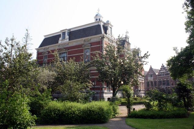 Landhuis Rozenhof met prachtig rozen plantsoen en eromheen op de buitenplaats de herenhuizen.