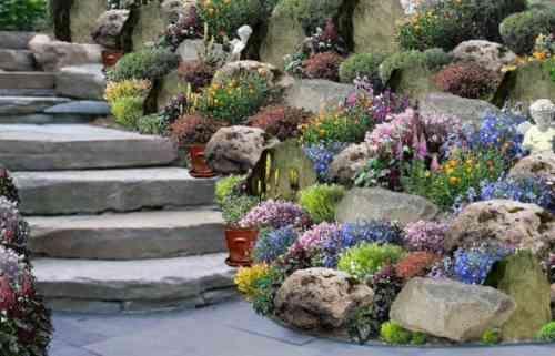 escalier de jardin en pierre décoré avec des fleurs
