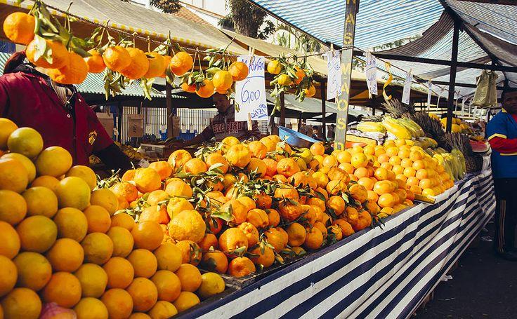 Brasil, terra da abundância. Barraca de frutas em feira na Vila Mirandólopis, zona sul de São Paulo, SP, Brasil.  Fotografia: Yuri Vasquez/Folhapress.