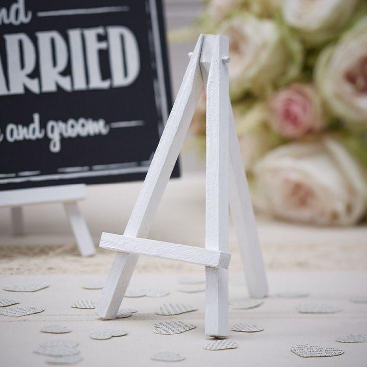 Schildersezeltjes wit (3st)  Gebruik deze mini schildersezels op een bruiloft, feestjes of andere evenementen.  Ze zijn geschikt voor krijtborden, tafelnummers, menukaarten of grappige foto's! - See more at: https://www.weddingdeco.nl/schildersezeltjes-wit#sthash.VVmzQRDH.dpuf