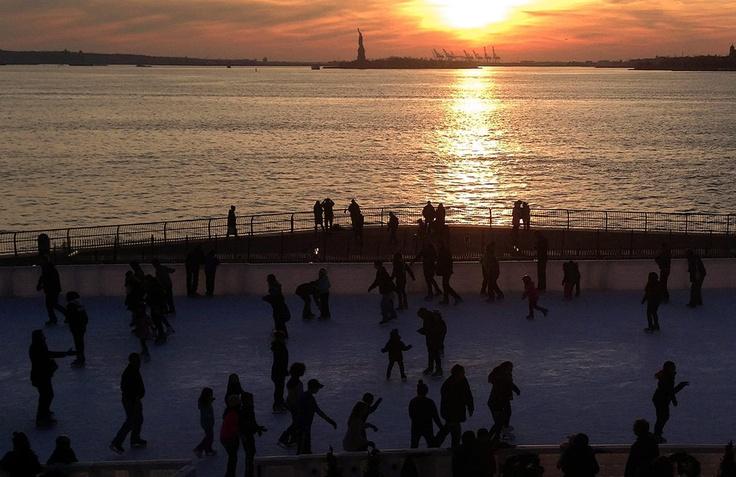 Korčuľovanie pri brehu rieky Hudson v New Yorku. V pozadí vidno Sochu slobody