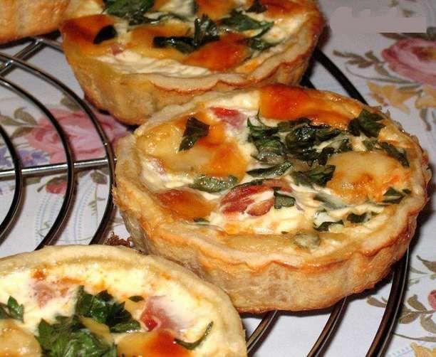 Тарталетки с помидорами и сыром.
