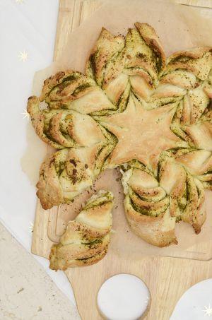 Super Weihnachtsrezept: Das Weihnachtsstern Brot mit Pesto! Noch mehr Ideen gibt es auf www.Spaaz.de