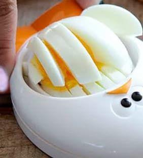 RÁPIDO Y PRÁCTICO  Este cortador de huevos no esconde gran misterio pero sin embargo es un accesorio muy útil para no perder tiempo en la cocina: su función es la de cortar el huevo cocido en lonchas de una sola vez. Sonríe y cocina | Ventas en Westwing