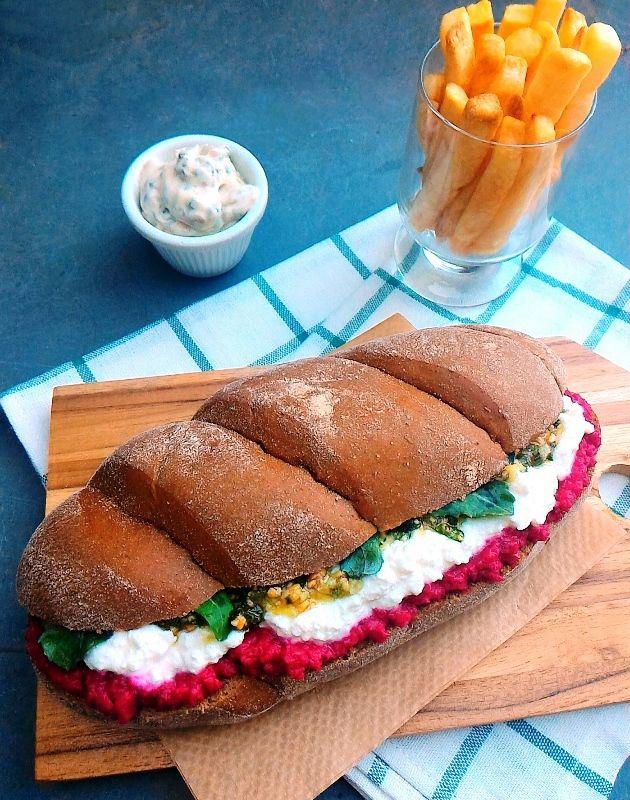 Sanduíche de pasta de beterraba com castanhas, queijo cremoso, pesto e rúcula
