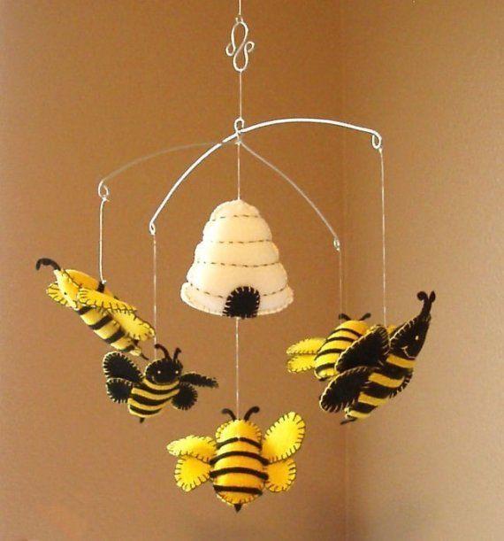Mobiel met bijtjes van vilt Zelf creaties van vilt maken? Kijk voor vilt eens op www.bijviltenzo.nl