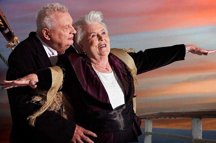 """Erna Rütt, 86, und Alfred Kelbch, 81, wirken erstaunlich gelassen in ihren Rollen als Rose DeWitt Bukater und Jack Dawson. Die berühmte Szene aus dem Filmklassiker """"Titanic"""" von 1997 zeigte ursprünglich Leonardo DiCaprio und Kate Winslet, wie sie am Bug des Schiffs auf den Atlantik schauten. Das Hollywood-Epos gewann insgesamt elf Oscars. © Contilia Gruppe/Essen Werntges Studios/DPA"""