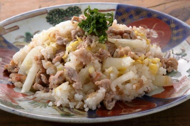 塩漬け白菜を作って冷蔵庫に常備しておくと便利です。今日のようにチャーハンの具に使うほか、スープや餃子の餡に加えても。発酵すると身体…