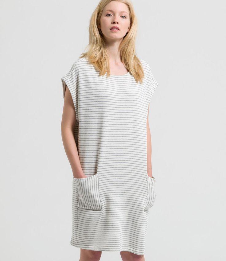 Dit makkelijk en leuke jurkje vanARMEDANGELS heeft een leuk streepje en is gemaakt van organic katoen. De jurk is leuk met een witte gymp, maar kan door hakken ook leuk aangekleed worden. Het zakje heeft een contrasterende streep wat het een speels effect geeft.  Maatadvies: De jurkvalt normaal.  Heb je toch vragen? Bel ons dan gerust even voor advies:  +31 20 362 07 84