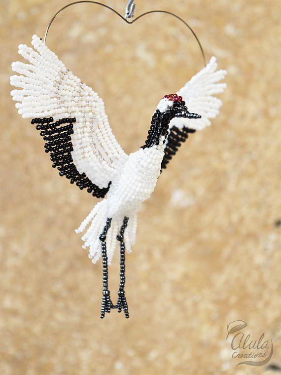 Crane Suncatcher, adorno de grulla de corona roja, broche de pájaro, collar de abalorios, regalo de amante de los pájaros, estatuilla de pájaros, grúa japonesa / hecho por encargo
