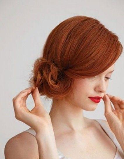 Chignon laterale per capelli rosso carota acceso
