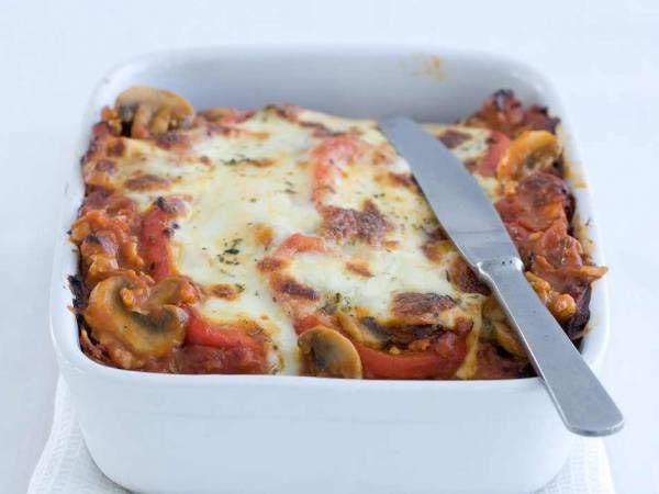 Verwarm de oven voor tot 180 ºC. Verhit in een hapjespan de olijfolie. Fruit de ui. Voeg het kipgehakt toe en bak rul. Bak de champignons en paprika 5 min. mee.  Voeg het blik tomatenblokjes met 400 ml water en de sausmix toe. breng aan de kook en laat 2 min. zachtjes koken. Breng op smaak met zout en peper.  Schep een beetje saus in de ovenschaal en dek af met lasagnebladen. Maak met de rest van de saus en lasagnebladen meer lagen. Eindig met een laag stroganoffsaus. Verdeel er de…