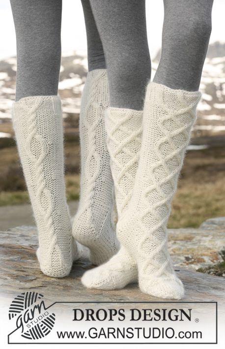 """Strikket DROPS sokker med flettemønster i """"Merino Extra Fine"""" og """"Kid-Silk"""". Gratis oppskrifter fra DROPS Design."""