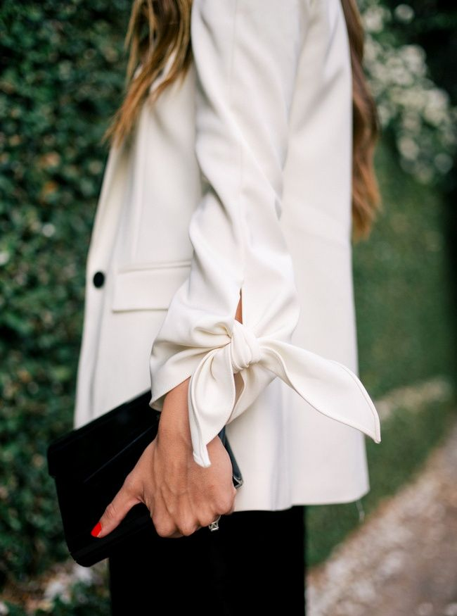 Les classiques gagnent souvent à se voir légèrement twistés ( Stretch Faille Tuxedo Tie Jacket $595  http://www.tibi.com/shop/outerwear/stretch-faille-tuxedo-tie-jacket)