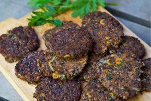 Svarta linsbiffar med lök och oliver är helt vegetariska och görs på svarta linser. Dessa är glutenfria och goda att