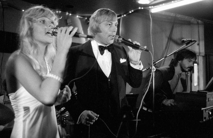 Armi ja Danny esiintymässä Hotelli Seurahuoneella Savonlinnassa, 16.8.1983. Sokos Hotellien iltaravintoloissa ja yökerhoissa tarjoiltiin 80-luvulla monipuolista ohjelmaa ja niiden vaikutus hotelli-ravintolan tulokseen oli merkittävä. #sokoshotels40