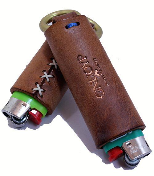 ライターケース ( Lサイズ )ライター付きライターケースホルダー。 コッパー色の箔押しをしたロゴとバッテンのハンドステッチがポイント。 真鍮リングが付いてい...|ハンドメイド、手作り、手仕事品の通販・販売・購入ならCreema。