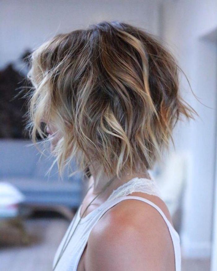 Idée Coiffure : Description coupe carré plongeant court avec des mèches blond, cheveux balayage ...