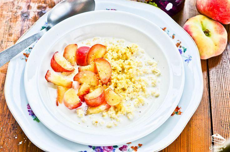 Jaglanka z brzoskwiniami - pomysł na lekkie śniadanie z kaszą jaglaną duszoną w mleku kokosowym. Prosty i smaczny przepis na dietetyczny posiłek.