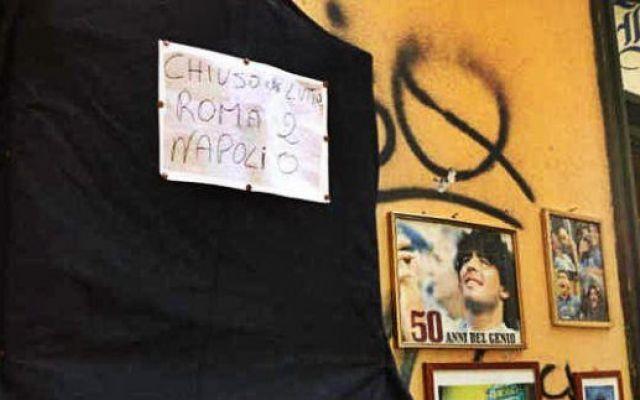 I tifosi del Napoli soffrono: a lutto l'altarino di Maradona! #altarealutto #napoli #maradona #roma