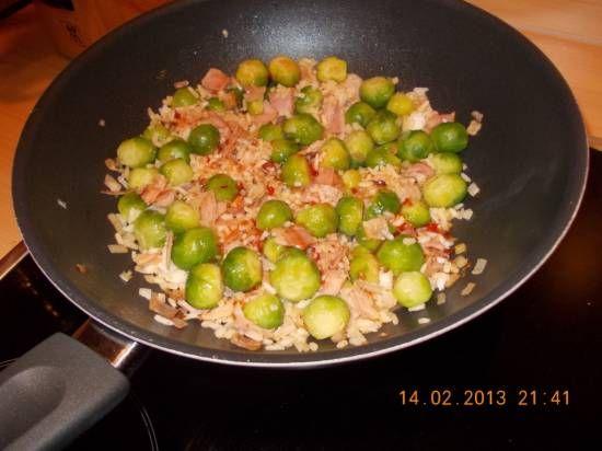 Heerlijke snelle en lekkere hap! Spruitjes in huis. Restje gekookte rijst. Ham die op moest. Daaruit kwam dit lekkere wokgerecht voort. Komt zeker vaker op...
