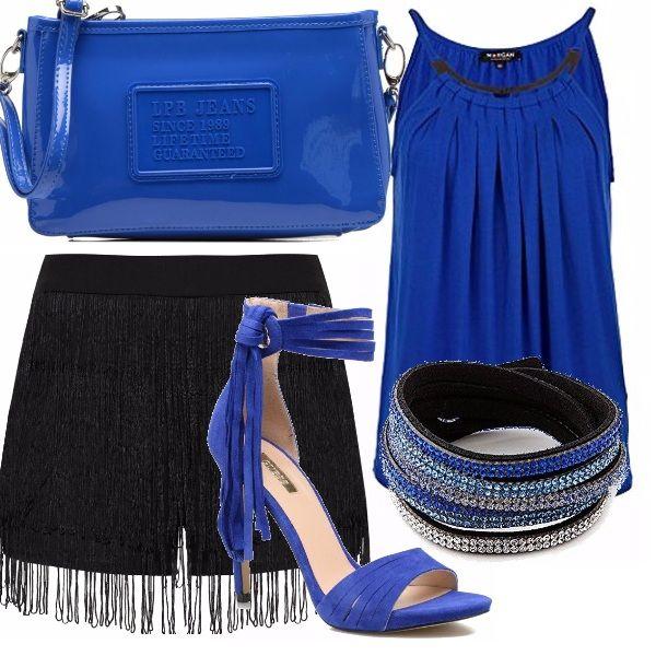 Shorts neri con frange stile charleston, canotta blu con riporto oro al collo, scarpe con tacco e cinturino ricco di frange alla caviglia color blu elettrico, borsa in tinta e bracciali swarosky al polso.