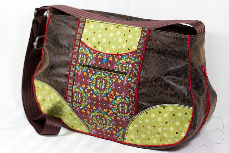 SchnabelinaBag Für mich sind Taschen am besten für den Alltag geeignet, wenn sie einen Gurt haben,den man quer tragen kann, damit man die Hände frei hat. Entsprechend vielen die Träger weg. So konnte ich den Reißverschluss der halbrunden ausgesetzten Tasche größer machen. Viel besser um an den Inhalt der Tasche zu gelangen.
