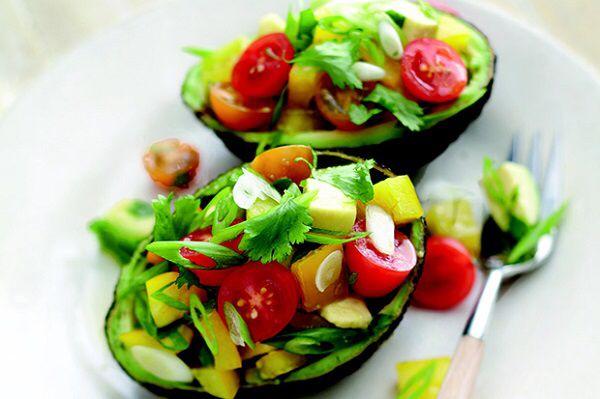 Томатный салат с авокадо  >Ингредиенты: Помидоры – 150 г. Перец сладкий – 50 г Авокадо – 1/4 шт. Базилик (зеленый или фиолетовый) – несколько веточек Лимонный сок -1 ст.л, Оливковое масло – 1 ст.л. (по желанию, авокадо жирный) Соль — по вкусу  >Приготовление:  1. У основания помидоров сделать маленький крестообразный надрез. Положить помидоры в миску и залить кипятком. Оставить на 1-2 минуты, после чего снять кожицу с помидоров.  2. Базилик промыть, обсушить и мелко порубить.  3. Помидоры…
