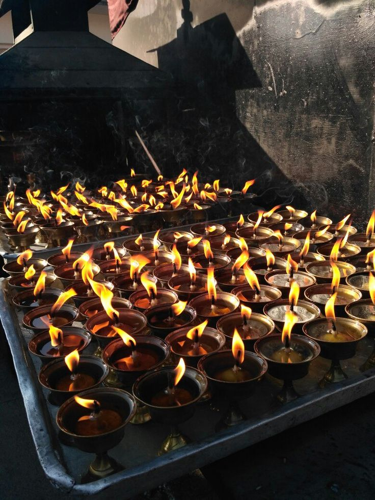 В буддизме свет лампады (Зул) олицетворяет познание истины, путь прозрения, достижения абсолютной реальности — нирваны. Поклонники Будды зажигают свечи в знак полного озарения, которое предшествует нирване. В каждом храме можно наблюдать десятки, а то и сотни огней.  С уважением к приключениям, команда hikeup.net
