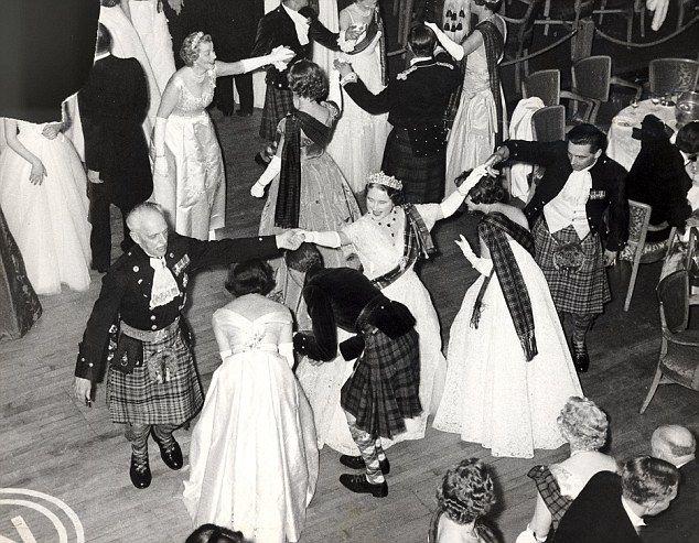 Королевская fgamily давно любил Хайленд колени вверх.  Изображенный королева-мать, носить тартан пояс Стюарт над ее вечернее платье, принимает участие в лихой сержант белого на 111 Королевский Каледонский балу Grosvenor House