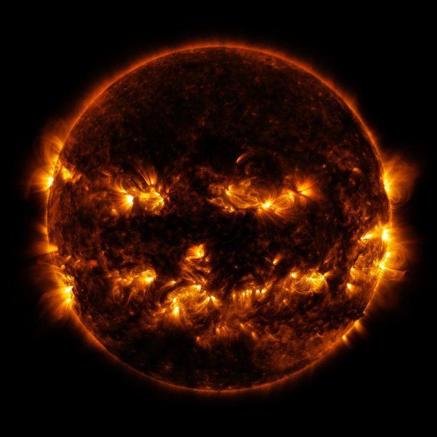 宇宙と魔界の進化合成でしょうか。 NASAの太陽観測衛星ソーラー・ダイナミクス・オブザーバトリーから今月8日に撮影された太陽の写真が「ジャック・O・ランタン」に似すぎだと話題になっています。これは2