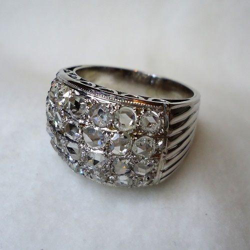Anello in oro bianco con 24 diamanti tagliati a rosa, realizzato negli anni '30 da un eccellente orafo con pietre di ottima qualità. La particolarità sta nella misura dell'anello, maggiore di circa il 50% di quella media, forse perché destinato ad essere portato sopra i guanti, che all'epoca venivano indossati, nelle occasioni eleganti, durante tutto l'anno. L'aanello ha un diametro di cm.2,4 ed è alto cm.2,7. € 950,00