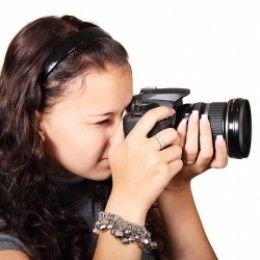 What is the best professional camera for a beginner in photography? This page lists the most popular DSLR and compact digital cameras from Canon, Nikon and Sony for beginner photography.