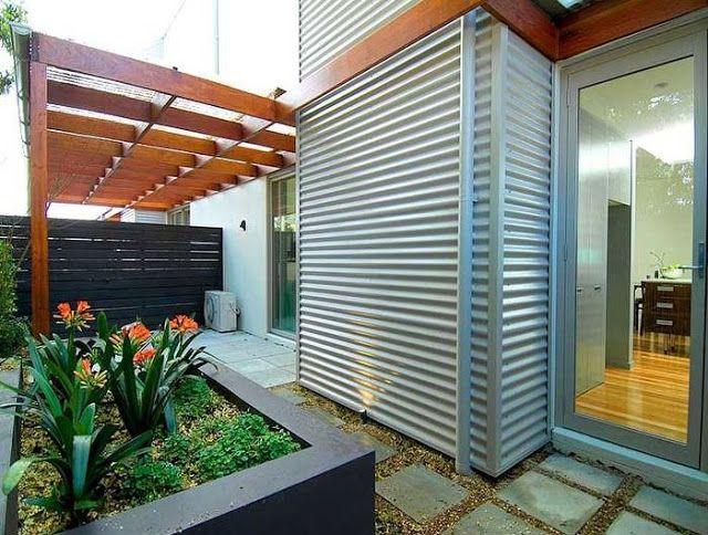 Chapa para cubrir las paredes y madera en la estructura de una de las casas