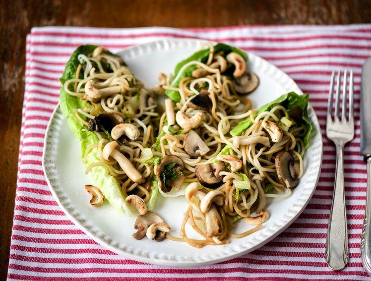 et paddenstoelen in little gem schuitjes Met champignons, kastanjechampignons en beukenzwammen