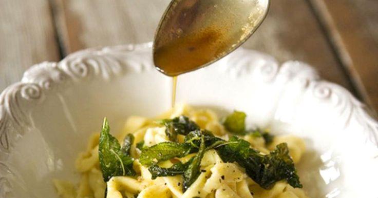 Färsk pasta med smörfriterad salvia - enklast är oftast godast! Ät rätten som den är eller som tillbehör.