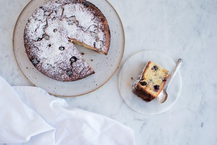 Denne blåbærkage med yoghurt og stykker af hvid chokolade er den ideelle søndagskage. Ren hygge serveret sammen med en god kop te eller kaffe.