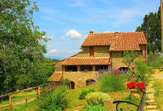 Dieses toskanische Haus liegt inmitten von Oliven- und Kastanienbäumen und beherbergt viele Tiere wie Schafe, Hühner, Pferde oder Enten. Haustiere willkommen! #Sommer #Sonne #holidays #Haustier #travel #love #animal