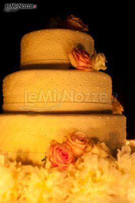 http://www.lemienozze.it/gallerie/torte-nuziali-foto/img28267.html Torta nuziale bianca con rose